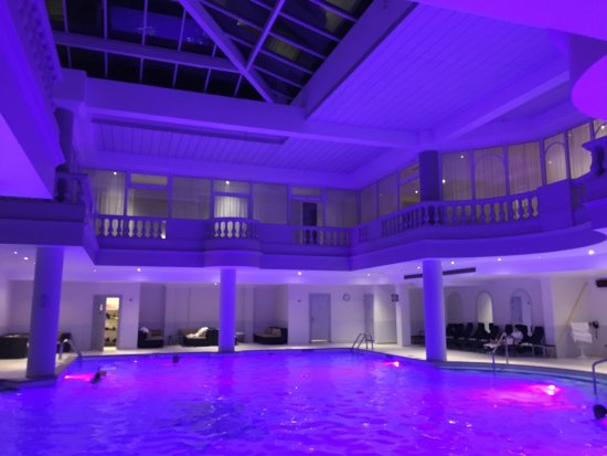 Waldorf Astoria Trianon Palace Versailles : Evening at the pool