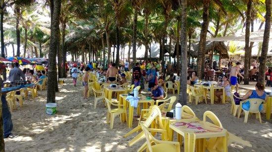 Crocobeach Bar & Restaurante : mesas internas na areia