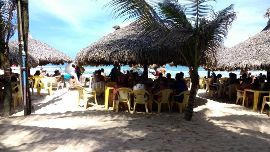 Crocobeach Bar & Restaurante : mesas na praia