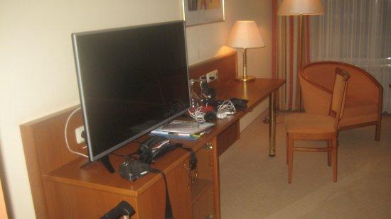 Hotel Alexandersbad: Ein großer neuer Fernsehapperat, ein schöner Schreibtisch
