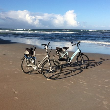 Tropical Winds Oceanfront Hotel: ride bikes along the beach