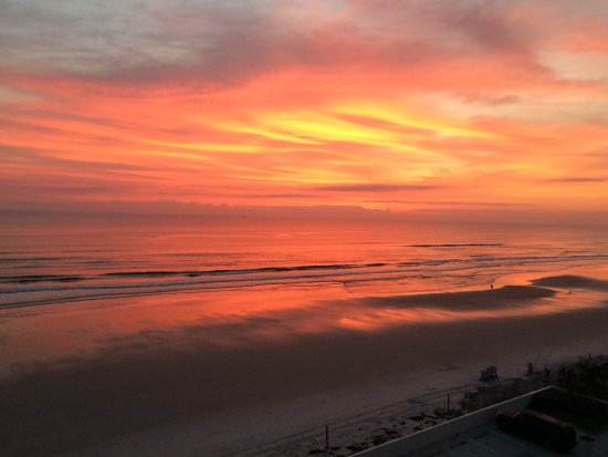 Tropical Winds Oceanfront Hotel: exquisite sunrise!