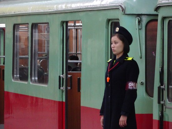 Pyongyang, Corea del Norte: I love the way all the police and guards stand at attention -tough job !