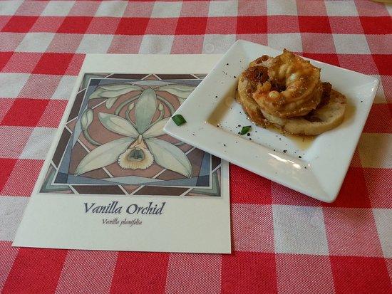 Paauilo, Hawái: Shrimp with Vanilla Masala Spice Rub on a small piece of bruschetta.