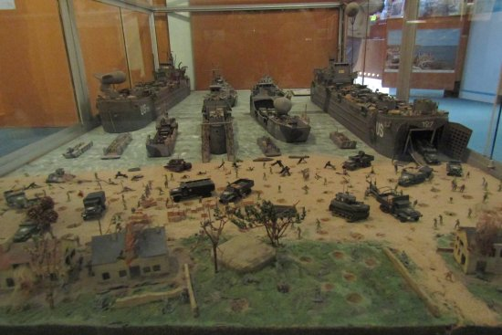 Arromanches-les-Bains, Francia: Diorama of the types of landingcrafts