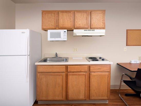 WoodSpring Suites Colorado Springs Airport: Kitchen