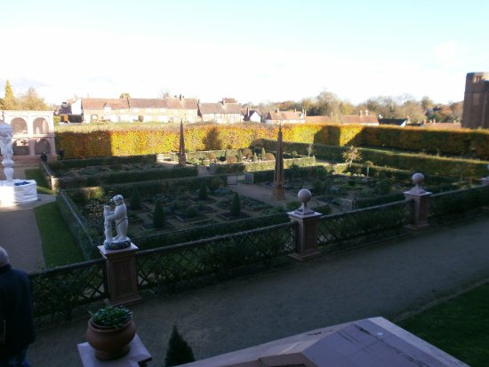 Kenilworth, UK: Looking down on the knot garden and Aviary [building on the left]
