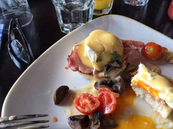 Poached eggs on bacon with hollandaise sauce picture of - Jacks smokehouse puerto banus ...
