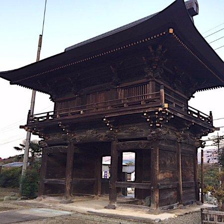Fujioka, Japan: 道の脇にあるこの楼門に惹かれて訪れてみました。