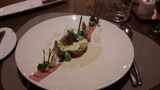 Termeno, Włochy: Vorspeiße - Avocado Scheibe auf Tatar mir Tunfischcreme
