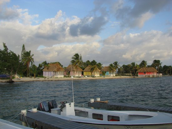 Turneffe Island, Belice: View of the rooms 1 thru 4 and Honeymoon suite on the right