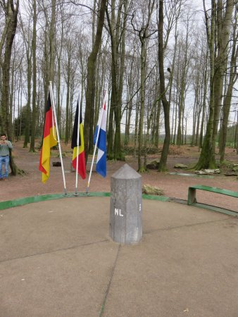 Vaals, Países Bajos: Tri-point with flags
