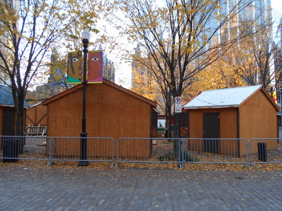 Market Square: ホリデーシーズンへ向けた準備中の広場