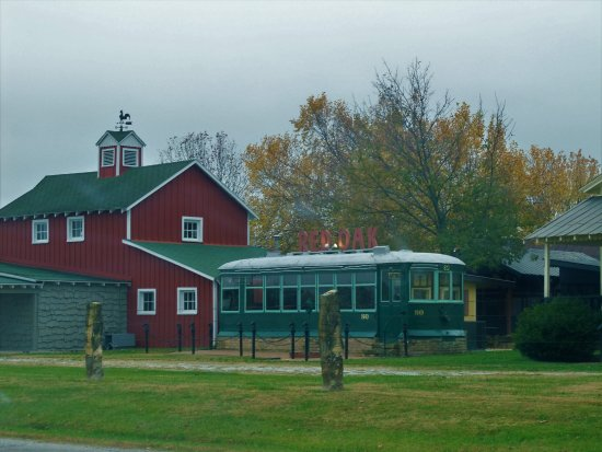 Carthage, MO: Barn & Red Oak Diner Car