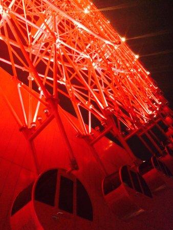 Hep Five Ferris Wheel : 전체적으로 이런 느낌. 빨간색.