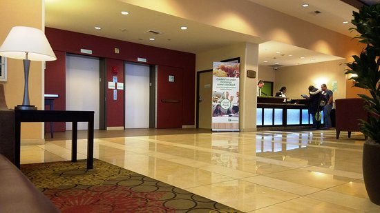 Holiday Inn Seattle Downtown: Hotel Lobby and Elevators