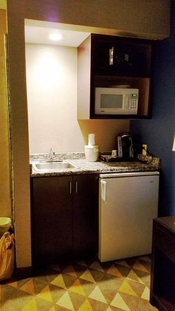 Holiday Inn Seattle Downtown: Wet Bar, Microwave, and Fridge