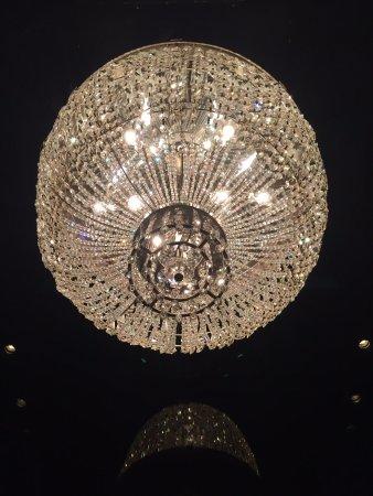 Shangri-La Hotel, Tokyo: Elevator chandelier