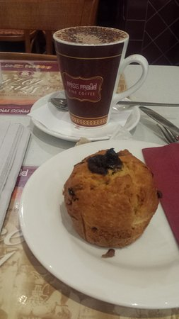 Belmont, Australia: Cappuccino and muffin