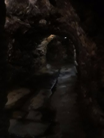 Pottsville, Pensilvania: Cave carved out of mountain.
