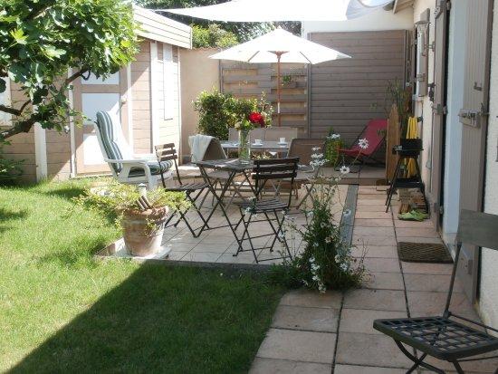 Decines-Charpieu, Frankrike: Terrasse à l'ombre  des regards
