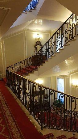 """Grand Hotel Majestic """"Già Baglioni"""" : escalier inetreur"""