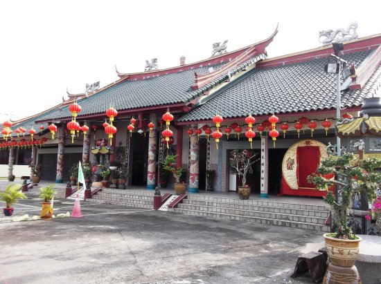 Choo Kong Soo Yin Chinese Temple: The front view of the temple. This area is also used for morning exercises for the nearby reside