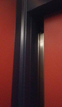 Hotel Parker: Εγκλωβισμός σε ασανσέρ