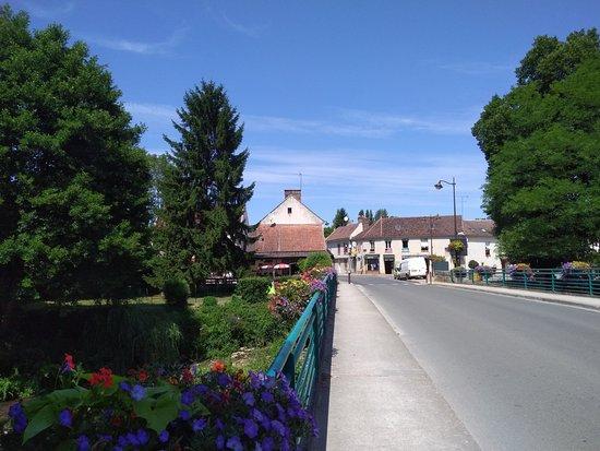 Pommeuse, Frankrig: Vue de la terrase prise du pont sur le Grand Morin