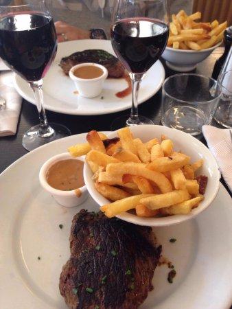 Steak s hranolkama s vynikající pepřovou omáčkou