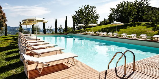 Gambassi Terme, Italy: our pool with comfortable sun beds
