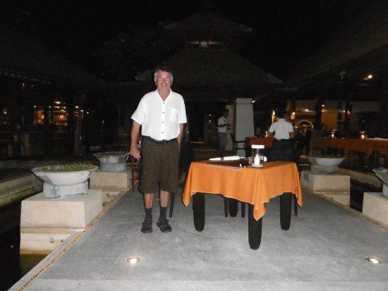The Patio Restaurant: Pedro justo en la mesa para cenar