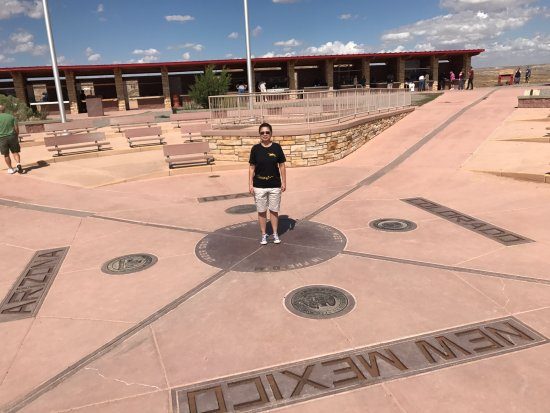 Teec Nos Pos, AZ: Neat place to stop for a photo.