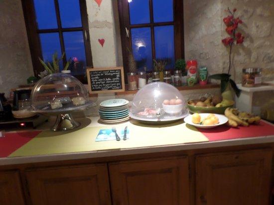 Availles-en-Chatellerault, Fransa: une partie du buffet du petit déjeuner