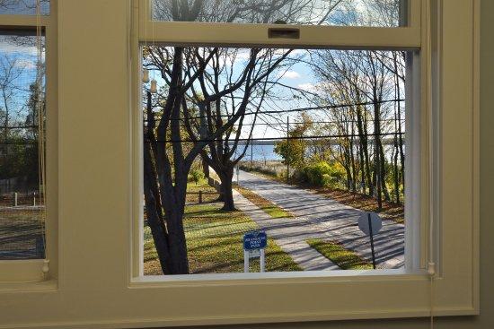 South Jamesport, Estado de Nueva York: View of Miamogue Park & Peconic Bay from the Dining area at the Bay Breeze Inn & Bistro
