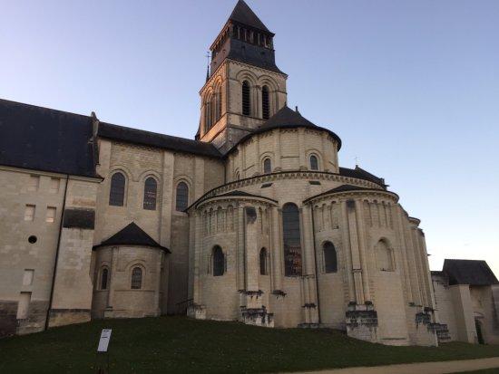 Fontevraud-l'Abbaye, Frankrike: Autre photo bien connue mais ce ciel en Novembre est beaucoup plus rare !