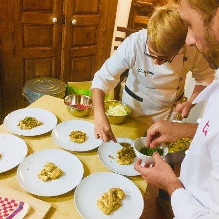 Провинция Катания, Италия: Loredana and Ivano carefully preparing our meal.