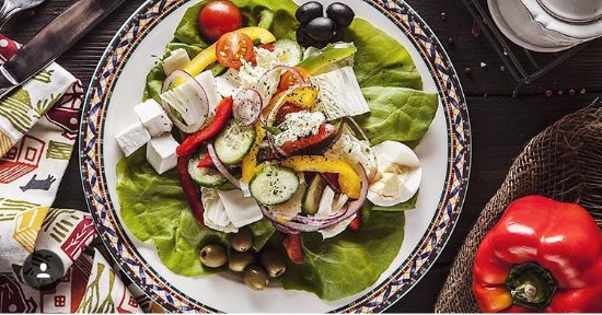 Gusto: Неизменная классика итальянской кухни-салат из свежих овощей и нежнейшего сыра фета.