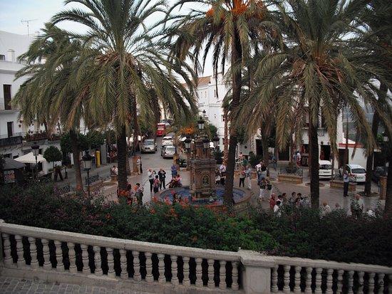 Vejer de la Frontera, España: Al fondo la plaza de España.
