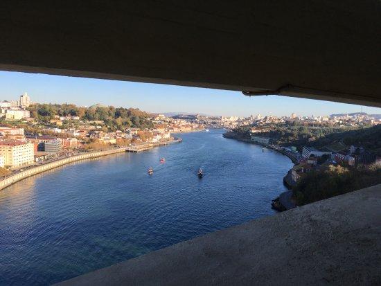 Distrito do Porto, Portugal: Sous la route, au sommet de l'arche