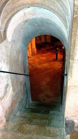 Eglise Saint-Philbert : Entrée de la crypte