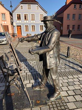 Nowe Warpno, Poland: Statue af bronze (han maler Rådhuset)