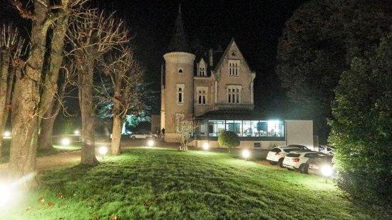 L'Orangerie du Chateau des Reynats : Château le soir