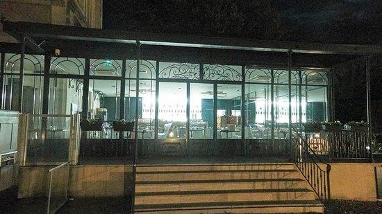 L'Orangerie du Chateau des Reynats : la verrière le soir
