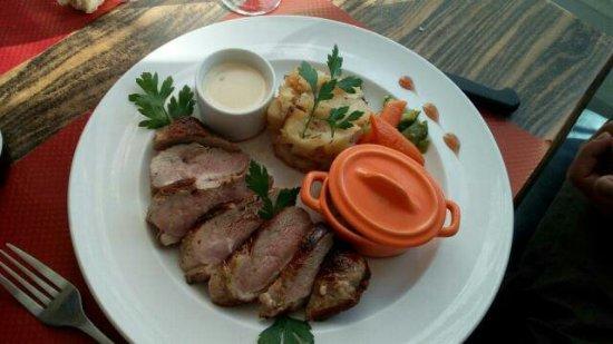 Le Poujol-sur-Orb, Francja: Un magret de canard sauce roquefort cassolette de courgettes....👌