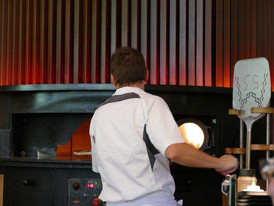 Sankt Jakob im Rosental, Østerrike: eine Pizza wird in den Ofen geschoben