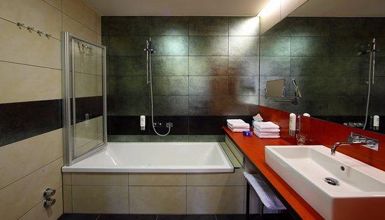 Hotel Maxlhaid: Badezimmer in der Juniorsuite mit Badewanne