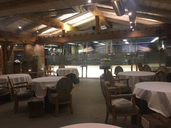 Satigny, Swiss: La salle avec la cuisine ouverte