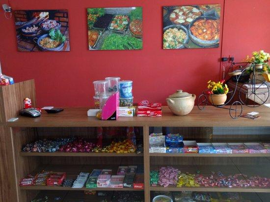 Pitangui, MG: Caixa e balcão de doces do restaurante