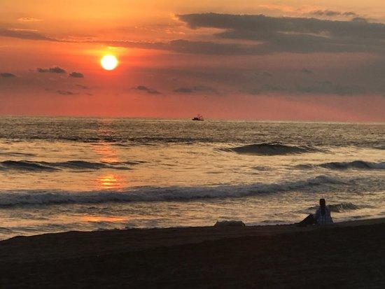 Hawaii, Guatemala: Un lindo atardecer con mi esposa en la tranquilidad de la playa del hotel liberando tortuguitas